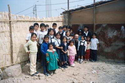 Manolo Gutierres con un grupito de niños junto a la capilla de San Benito Lima Perú