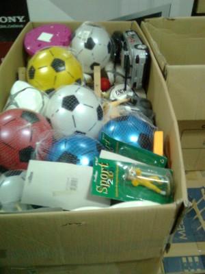 Los juguetes nuevos y de buen uso son envasados, para su envío.