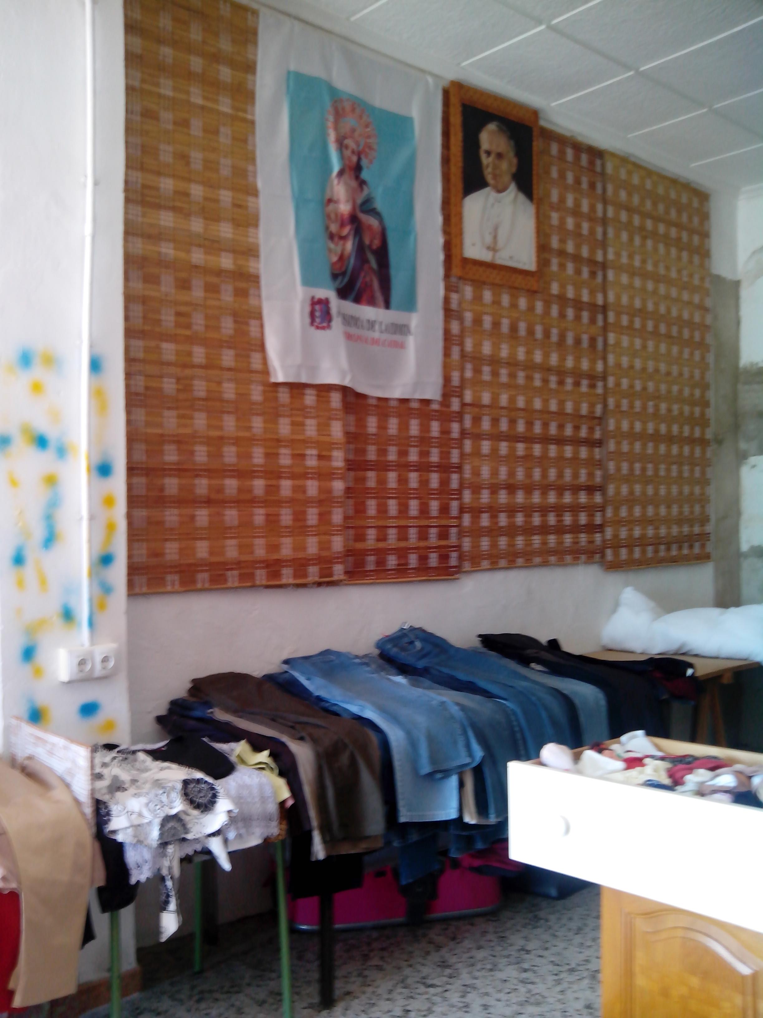 En la sede de la casa de la Caridad, se selecciona,todo lo que la gente de buena voluntad nos dona. Calzado, alimentos, ropa , medicinas, artículos sanitarios, libros ...